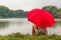 Meisje met rode paraplu Royalty-vrije Stock Afbeelding