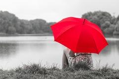 Meisje met rode paraplu Stock Afbeeldingen
