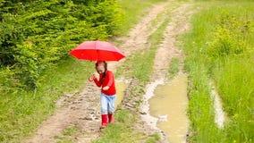 Meisje met rode paraplu stock footage