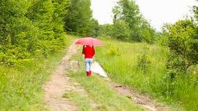 Meisje met rode paraplu stock videobeelden