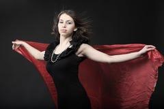 Meisje met rode sjaal royalty-vrije stock foto