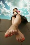 Meisje met rode spijkers Stock Fotografie
