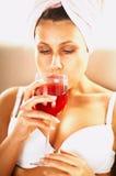 Meisje met rode wijn Stock Fotografie