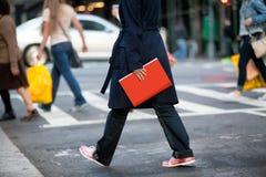 Meisje met rood boek Stock Foto's