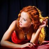 Meisje met rood haar dat amberjuwelen draagt Stock Afbeeldingen