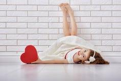 Meisje met rood hart stock foto
