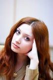 Meisje met roodachtig haar in bureau Stock Foto's