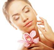 Meisje met roze bloem op witte achtergrond royalty-vrije stock foto