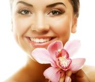 Meisje met roze bloem op witte achtergrond stock foto's