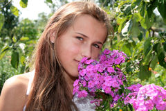 Meisje met roze bloemen royalty-vrije stock fotografie