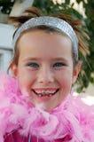 Meisje met roze boa Stock Fotografie