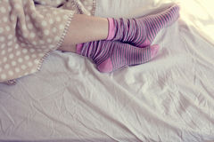 Meisje met roze gestreepte sokken, die in bed slapen Royalty-vrije Stock Foto's