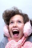 Meisje met roze oorbeschermer en roze sjaal Stock Foto