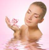 Meisje met roze orchidee stock afbeelding