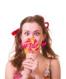 Meisje met roze spiraalvormige lollys Stock Afbeelding
