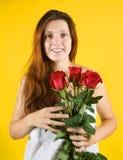 Meisje met rozen over geel stock foto