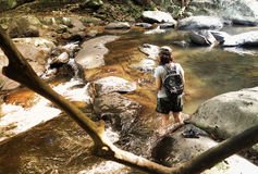 Meisje met rugzak en camera op trekkingsreis, die over t lopen Royalty-vrije Stock Foto