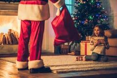 Meisje met Santa Claus royalty-vrije stock foto's