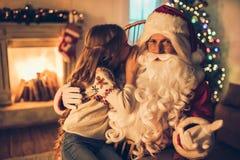 Meisje met Santa Claus stock fotografie
