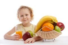 Meisje met sap en fruit royalty-vrije stock foto
