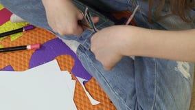 Meisje met schaar zelf-gemaakte pop wordt verwijderd die stock footage