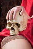Meisje met schedel stock foto