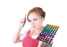 Meisje met schoonheidsmiddelenborstels stock afbeeldingen