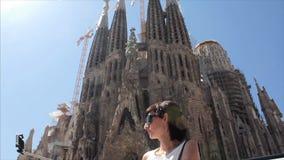 Meisje met selfiestick in stadskerk Mooi multicultureel jong toevallig wijfje stock video