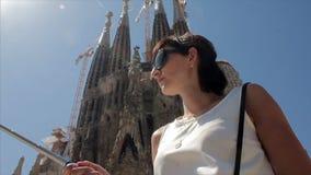 Meisje met selfiestick in stadskerk Mooi multicultureel jong toevallig wijfje stock footage
