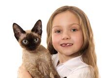 Meisje met Siamese katje Stock Foto