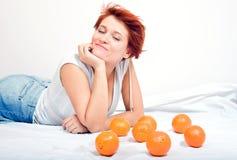 Meisje met sinaasappel Stock Afbeelding