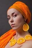 Meisje met sinaasappel headscarf Royalty-vrije Stock Afbeeldingen
