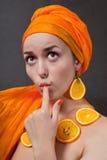 Meisje met sinaasappel headscarf stock fotografie
