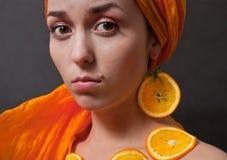 Meisje met sinaasappel headscarf royalty-vrije stock foto's