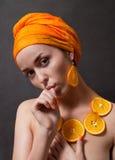 Meisje met sinaasappel headscarf royalty-vrije stock foto