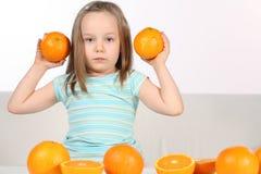 Meisje met sinaasappelen Stock Afbeelding