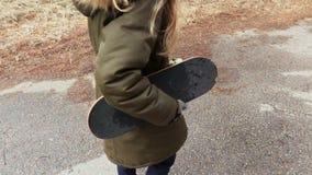 Meisje met skateboard bij openlucht stock videobeelden