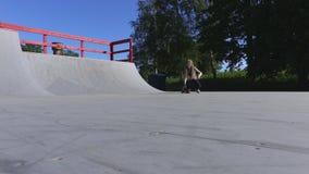 Meisje met skateboardoprit in zonnige dag stock video