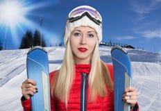 Meisje met skis Stock Fotografie