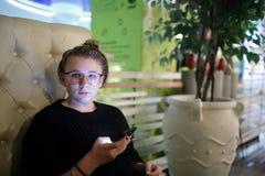 Meisje met smartphone Royalty-vrije Stock Fotografie