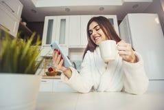 Meisje met Smartphone en Coffe royalty-vrije stock afbeeldingen
