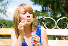 Meisje met soepbellen royalty-vrije stock fotografie