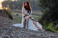 Meisje met spear bij de rivier royalty-vrije stock afbeelding