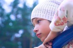 Meisje met staarten op het hoofd spelen bij de jonge geitjesspeelplaats Het leuke kind openlucht spelen royalty-vrije stock foto's