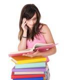 Meisje met stapel gekleurd boek. stock fotografie
