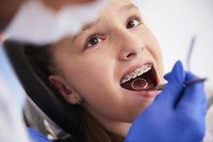 Meisje met steunen tijdens een routine, tandonderzoek royalty-vrije stock fotografie