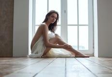 Meisje met stof het siiting op vloer Royalty-vrije Stock Foto
