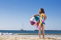 Meisje met strandbal stock afbeelding