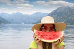 Meisje met strohoed en watermeloen op de zomervakantie stock afbeelding
