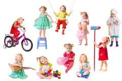 Meisje met stuk speelgoed dat op wit wordt geïsoleerds Royalty-vrije Stock Afbeeldingen